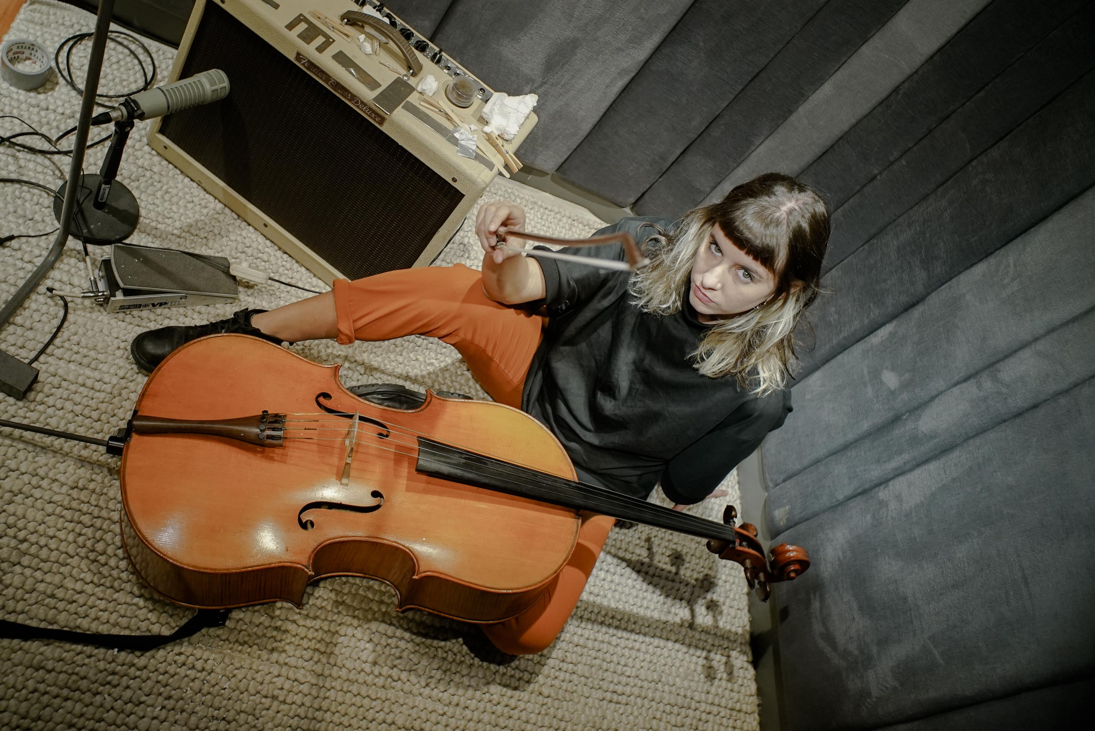 A violoncelista e compositora argentina Violeta García culmina sua residência Konvent Zero em Barcelona, Espanha